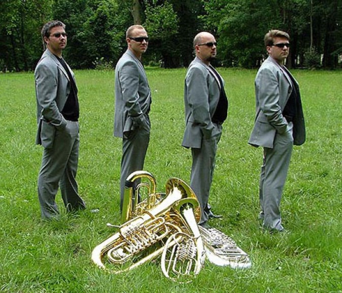 Tuba Quartet XL svira jazz standarde